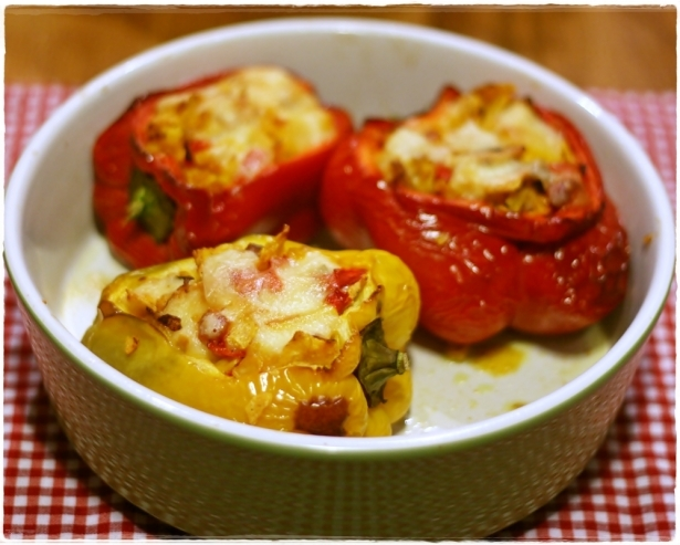 Peperoni ripieni di pollo e formaggio …dall'accento messicano – Stuffed sweet peppers with chicken and cheese… and a mexican twist