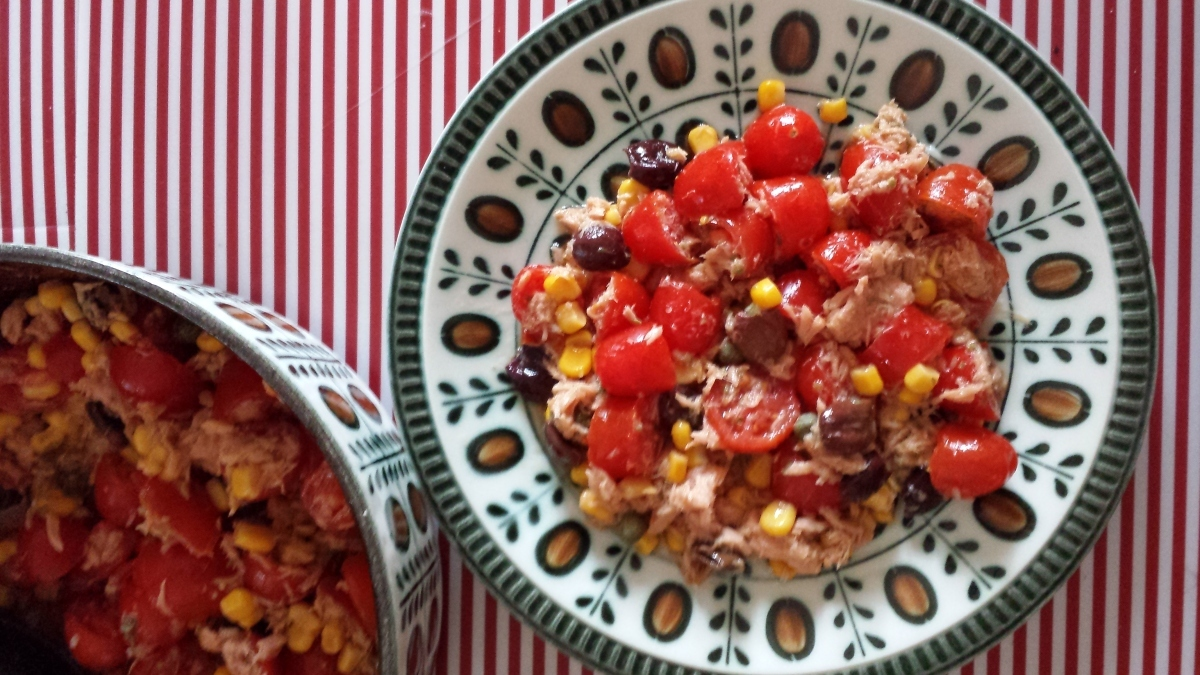 Tomatoes Salad with Tuna: a Summer Classic Yummy Dish