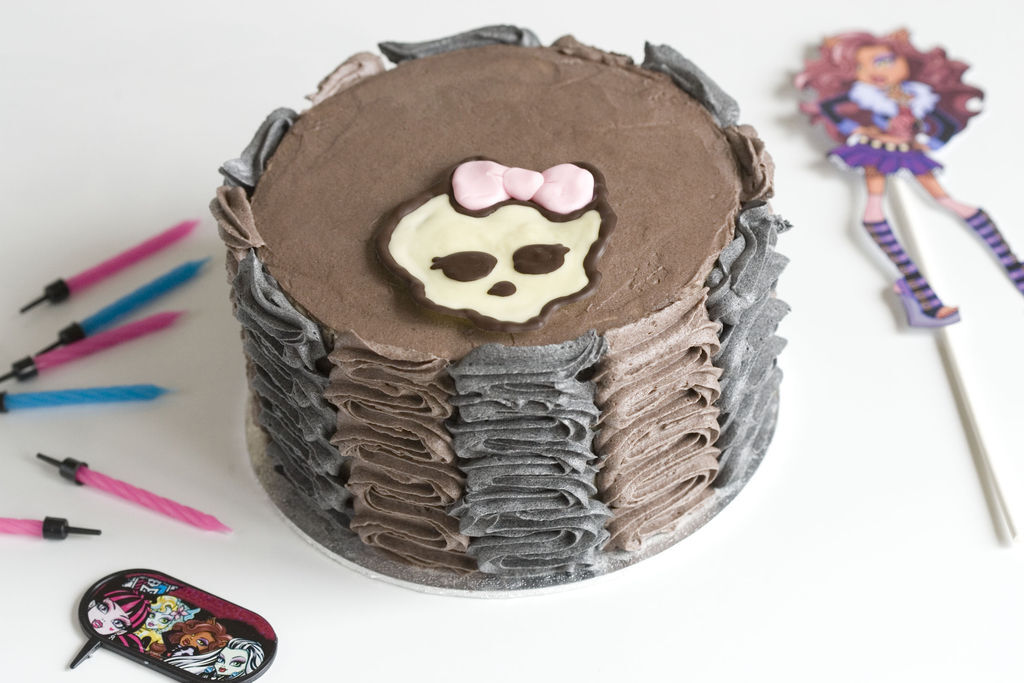 Tarta de chocolate y buttercream de vainilla 'Monster High'