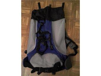 Stor och mycket rymlig reseryggsäck i färgerna ljusgrått, blått och svart s?