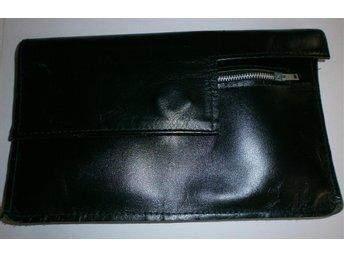 väska i svart konstläder