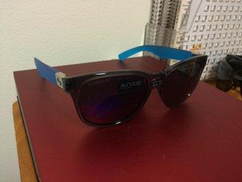 nya solglasögon True blue konkursbo