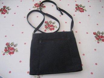 Handväska - Svart med axelrem