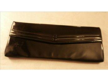 väska i svart lacl-läder,kuvertväsk,vintage,50-tal