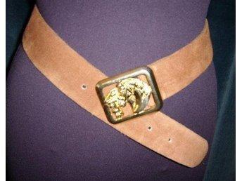 bälte i läder,mocka med spänne i guldmetall med hästar