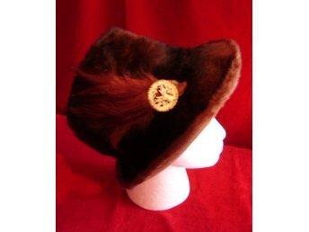 brun hatt med brosch och fjädrar, vintage, jakt, hatt