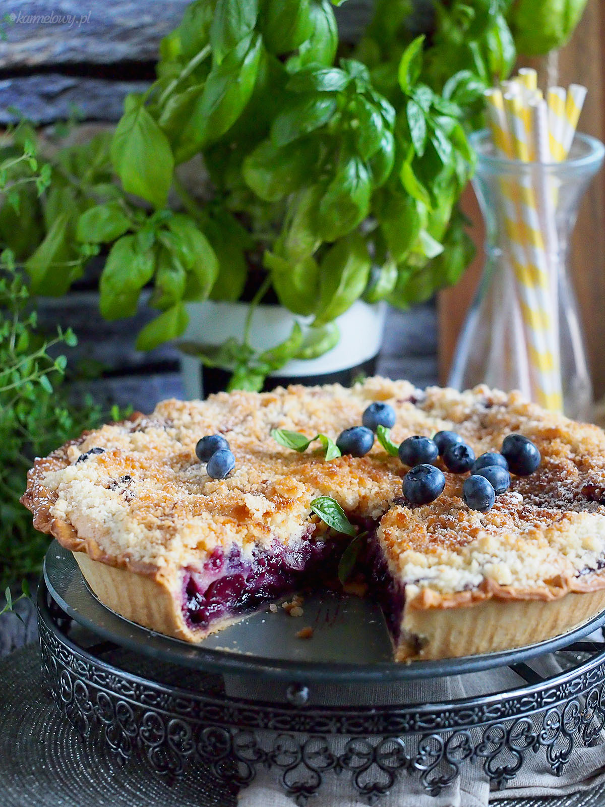 Kremowa tarta z wiśniami i jagodami z kruszonką / Cherry and blueberry cream tart with streusel