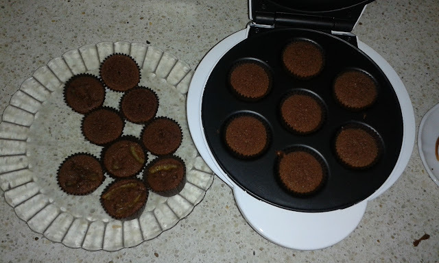 Mini brownies de chocolate y naranja en máquina de cupcakes -