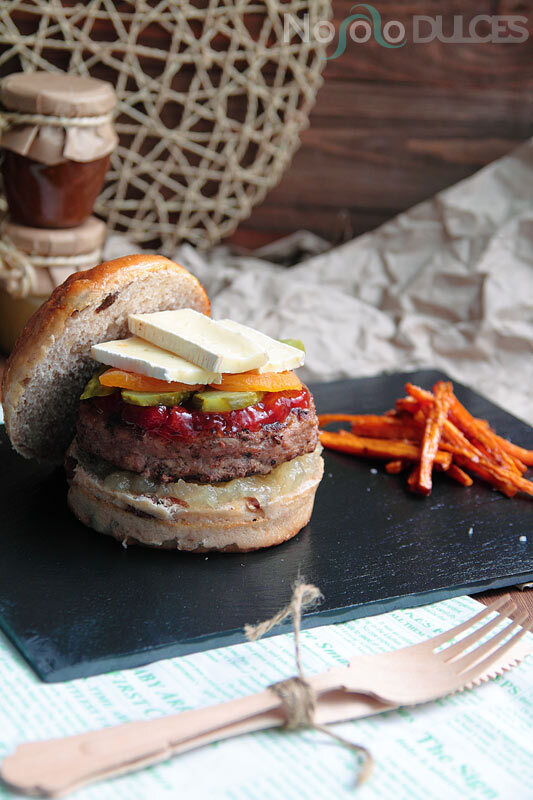 Hamburguesa de quesos franceses y pan de frutos secos