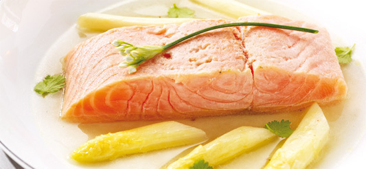 Zalm met asperges in Oosterse bouillon