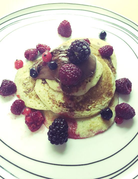 Healthy oat pancakes with berries and not so healthy Nutella