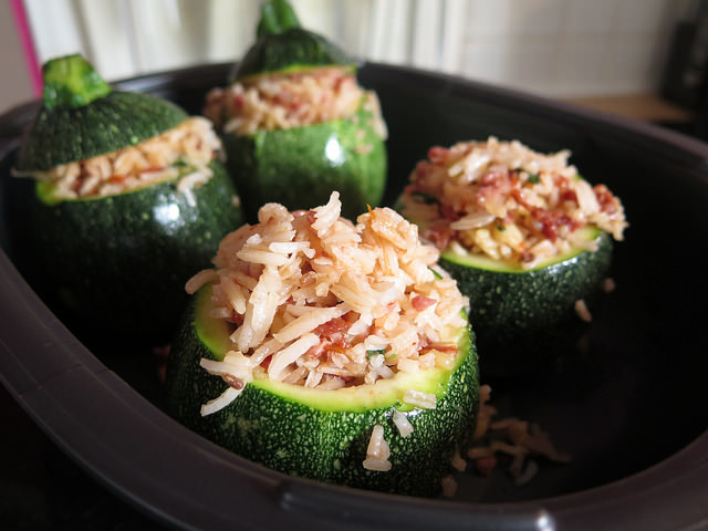 Courgettes farcies, riz & bacon