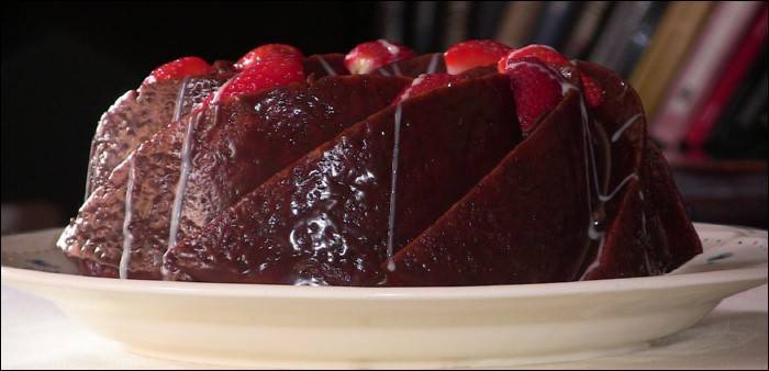Bundt cake de yogur con fresas y chocolate
