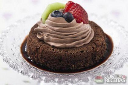 Receita de Mini bolo chocomousse com chantilly de chocolate e frutas