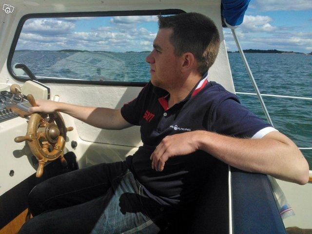 Hyr bränslesnål motorbåt Albin 25 med plats för 4-5 vuxna i 2 ruffar. Uthyres på Ljusterö i Stockholms skärgård
