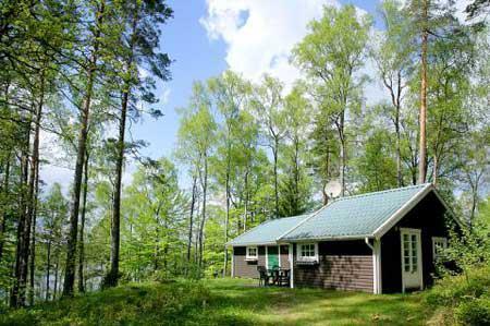Mysig stuga i skogen, på sjötomt med egen brygga + båt, Hässleholm, Skåne - Uthyres