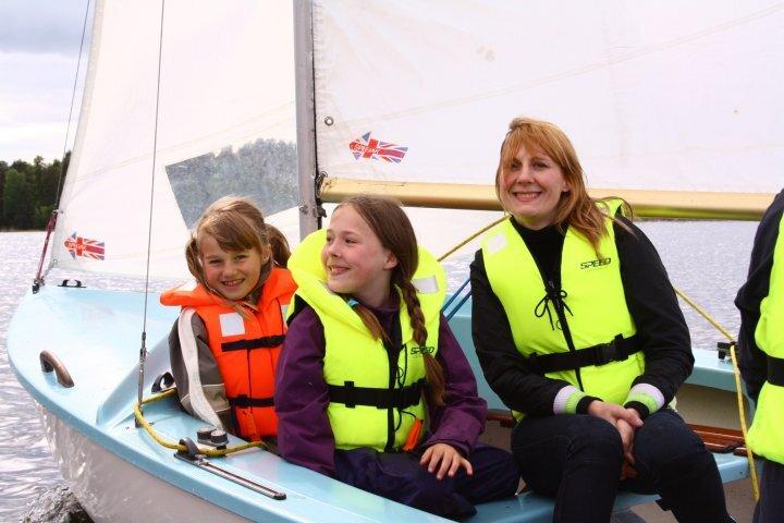Hyr en segeljolle / segelbåt på sjön Runn