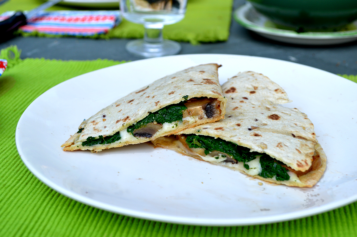 Quesadillas funghi e spinaci cotta al barbecue