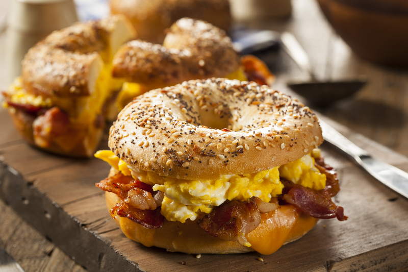 Bagel met bacon, ei en kaas
