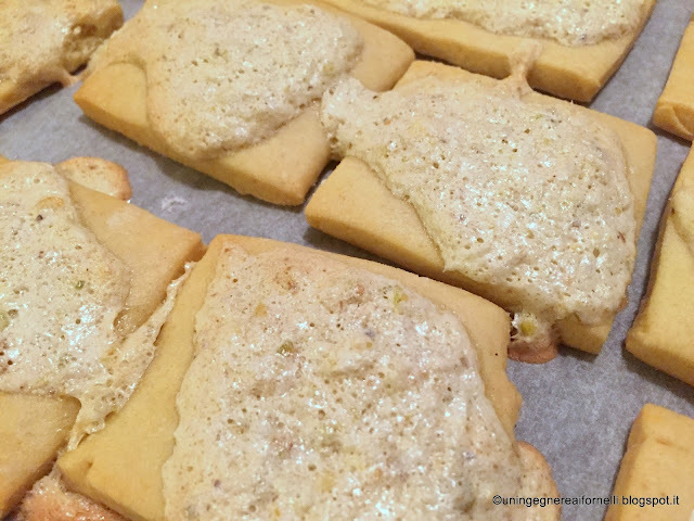 Biscotti con meringa al cocco e pistacchio (Biscuits with coconut and pistachio's meringue)