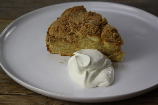 Apple and cinnamon crumble cake
