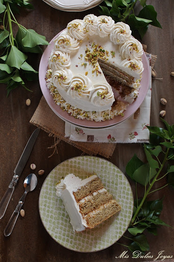 Pastel de pistachos con relleno de queso (Pistachio Layer Cake with Cheese Frosting)