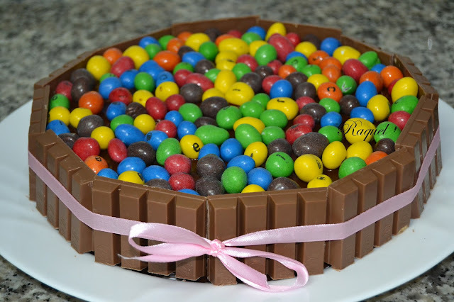 Tarta de Kit Kat y Conguitos de Colores