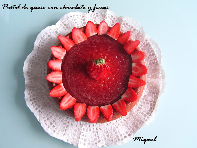 Pastel de queso con chocolate y fresas