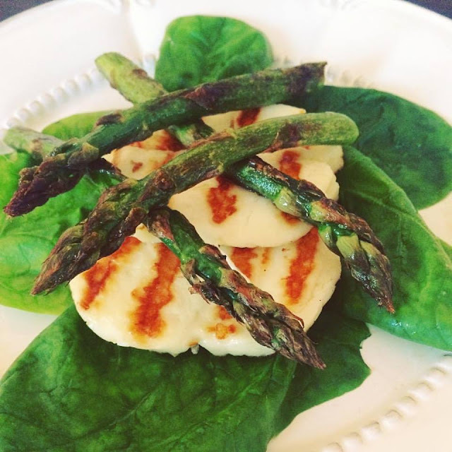 Grillowany halloumi ze szpinakiem i szparagami || Grilled halloumi with spinach and asparagus