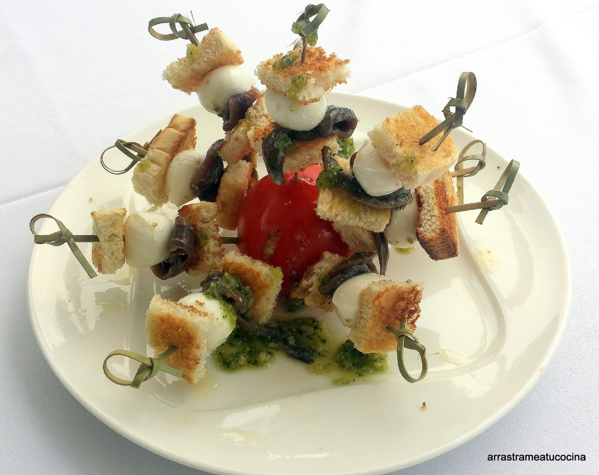 BROCHETAS DE MOZZARELLA Y ANCHOAS