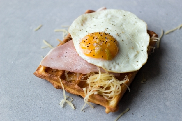 Wytrawne gofry | Waffles with cheese, ham and a fried egg