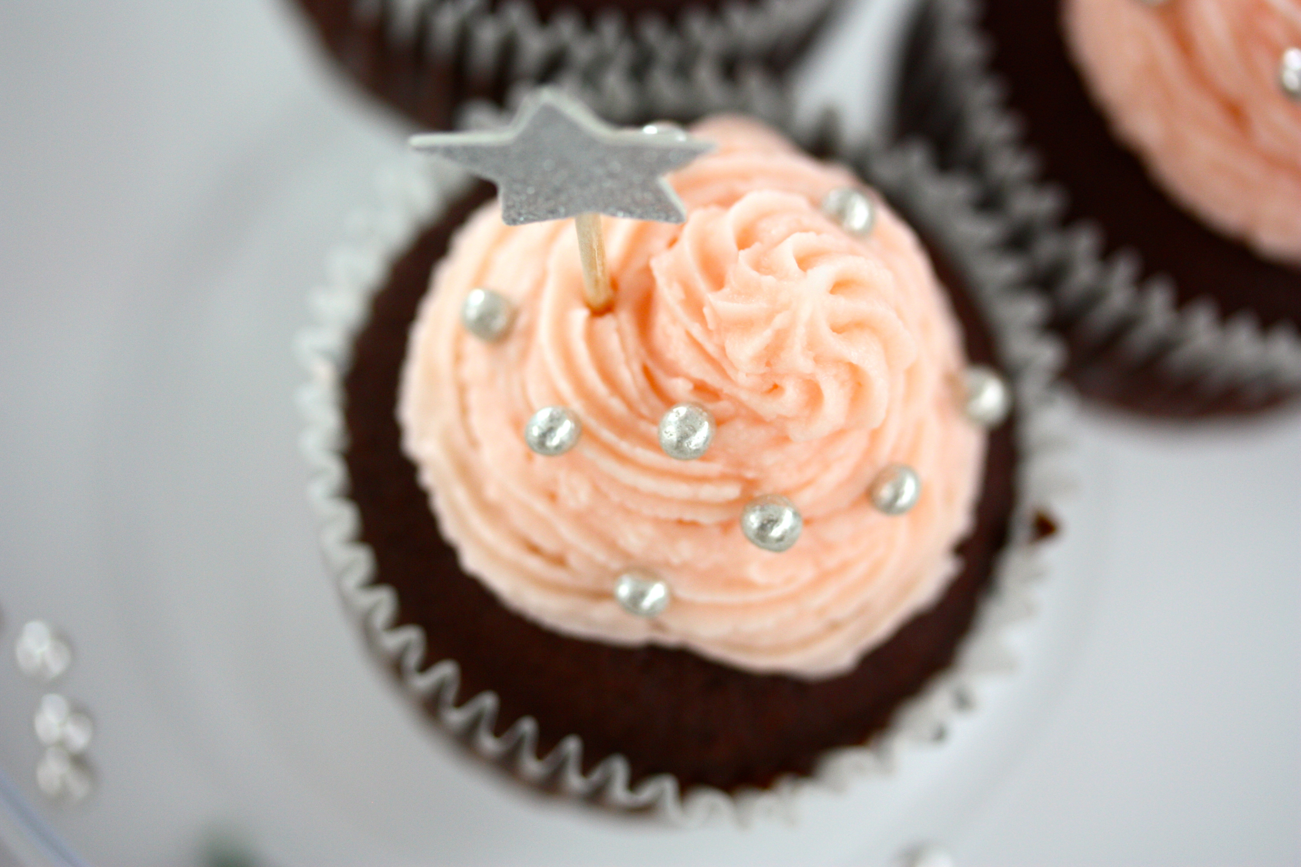 Chocolate Cupcakes with Rose Water Frosting – Chokladcupcakes med Rosenvatten Frosting