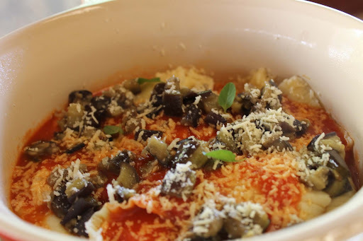 Meu almoço de hoje: ravioli com tomate e berinjela