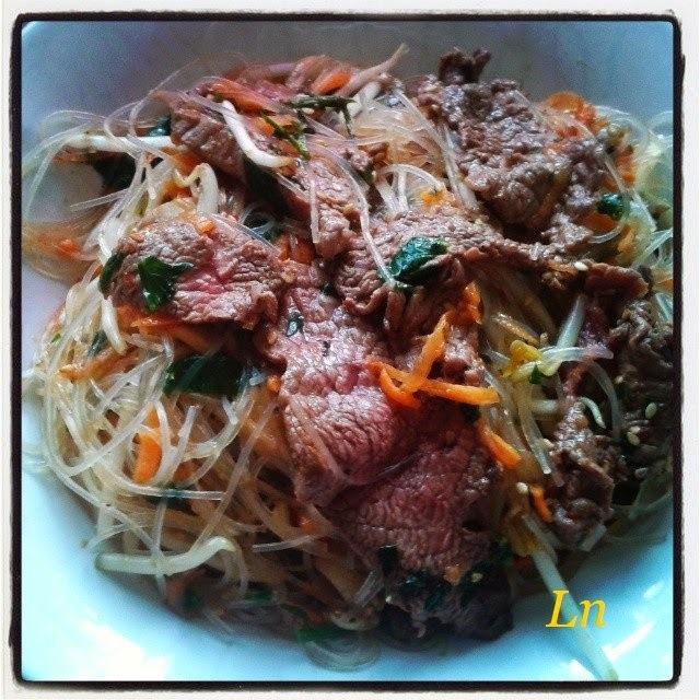salade tiède au boeuf mariné sauce soja , germes de haricots mungo  vermicelles de riz  sésame et carottes  râpées