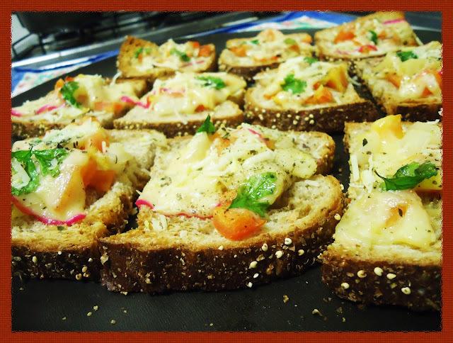 Receita: Bruschettas simples de tomate, cebola e queijo bola