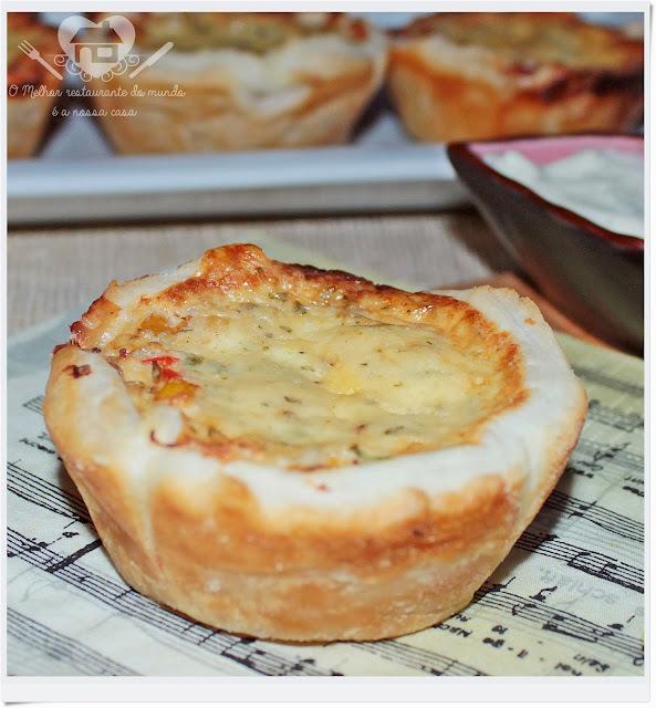 Tortinhas folhadas com recheio de frango e cobertura de iogurte e queijo