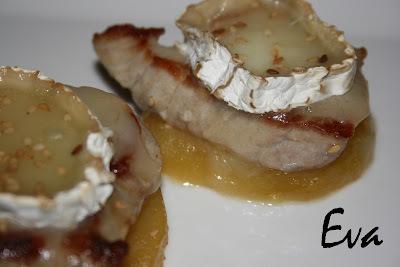 Filet de porc amb poma caramelitzada i formatge de cabra.