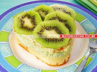 bolo com cobertura de gelatina com kiwi