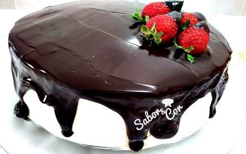 Bolo de Chocolate com Creme e Morangos