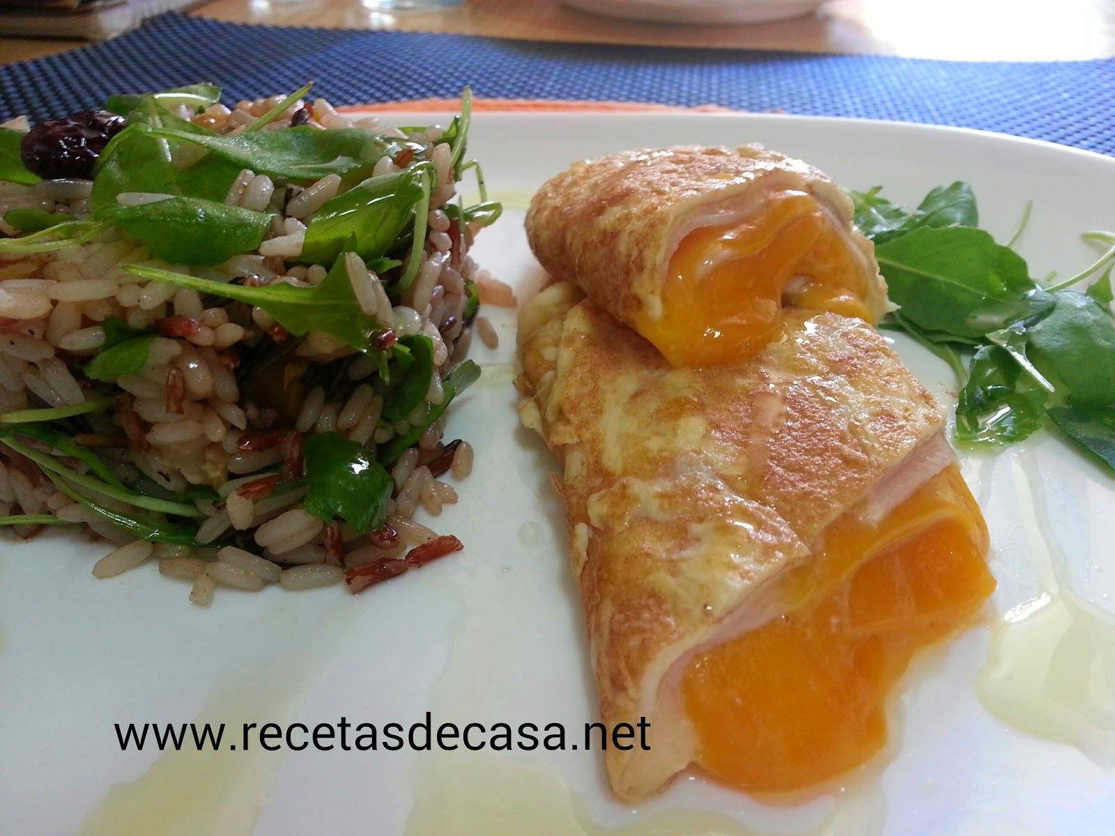 Timbal de arroz con tortilla francesa rellena de cheddar y pavo