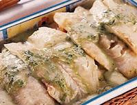 file de merluza grelhado com molho de manjericão