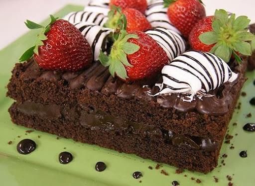 Bolo de Chocolate com Morangos e Marshmallow