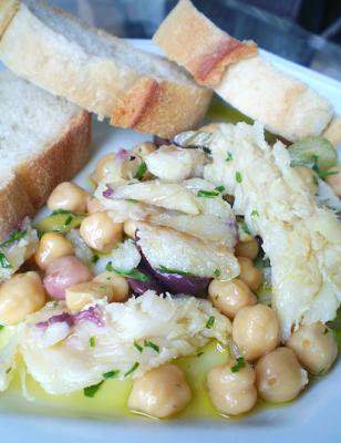o que acompanha uma salada de grão de bico com bacalhau
