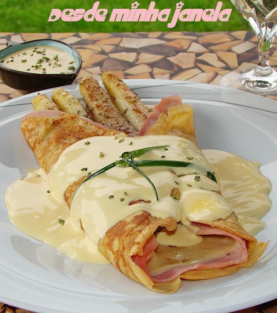 Crepes com aspargos, presunto e queijo regados ao molho holandês