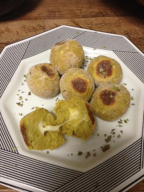 Bolinhas de batata doce recheadas com queijo light ao forno