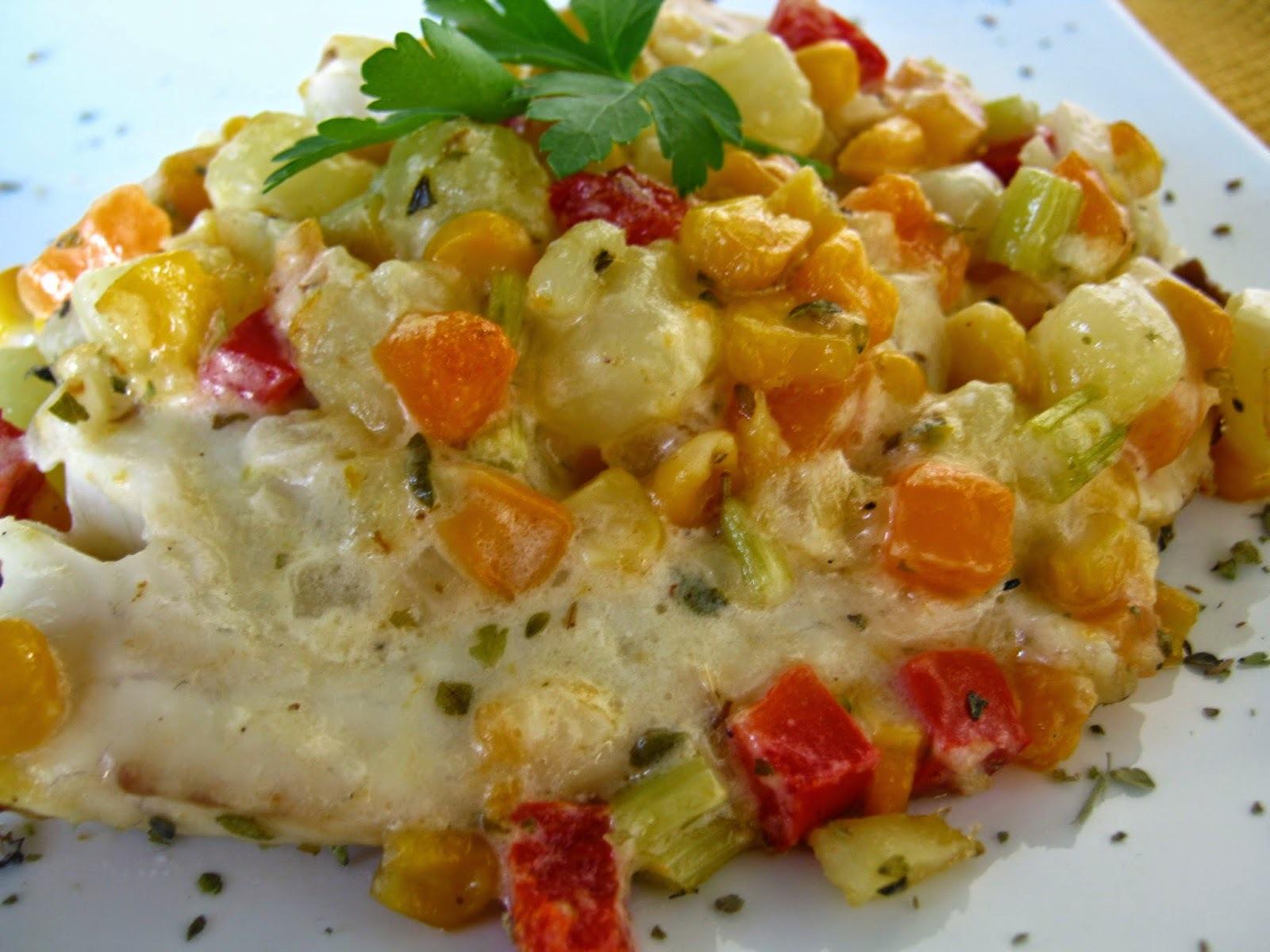 Tilápia ao forno com maionese e legumes