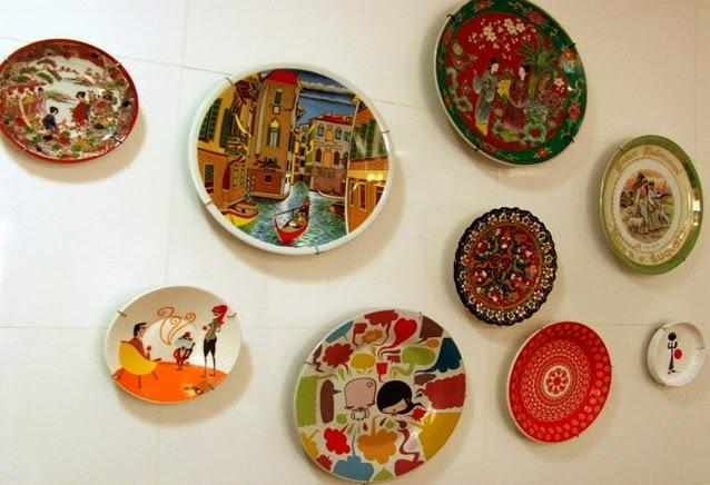 É pop: pratos decorativos na parede...Hoje a dica de decoração é essa.