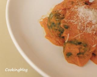 Gnocchi de espinafres e ricota com molho de tomate e natas