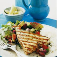 Peixe-Espada Frito com Salada Mexicana
