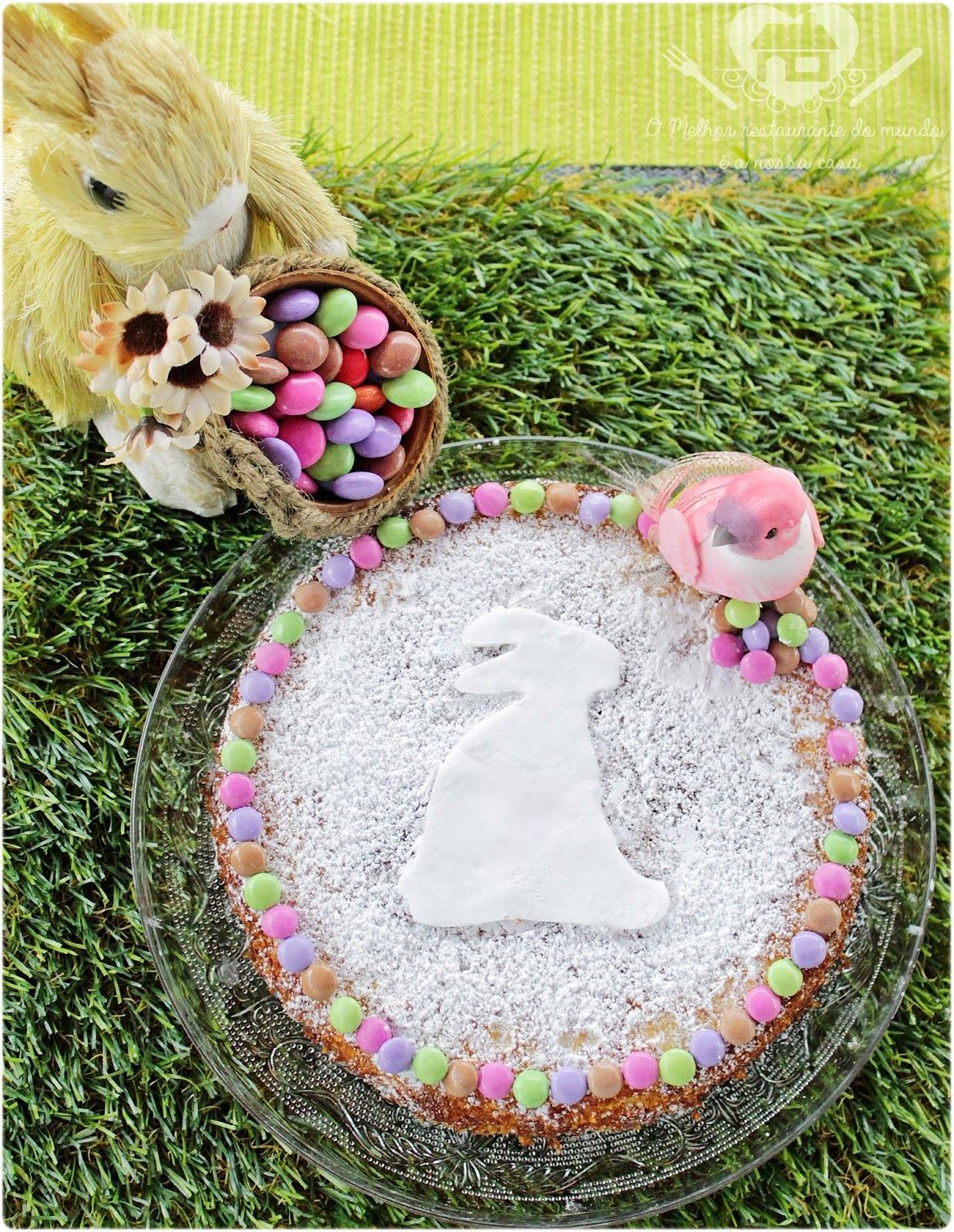 Bolo cítrico de amêndoas e polenta decorado para páscoa
